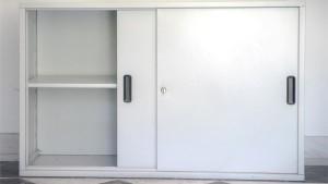 Komoda sa kliznim vratima