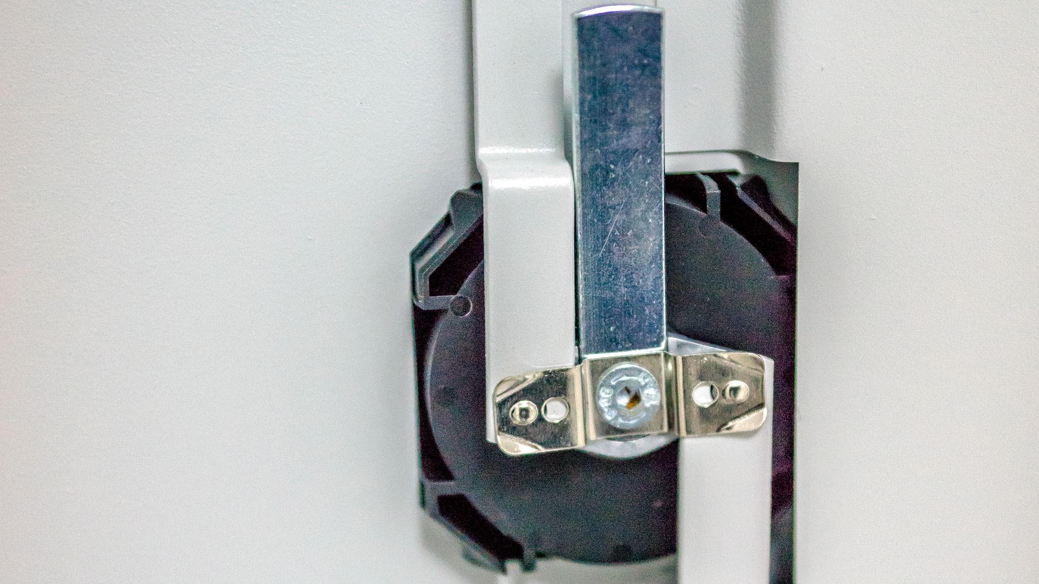 Krupni plan mehanizma brave metalnog arhivskog ormana