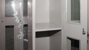 Garderobni ormani po HACCP standardu sa staklenim vratima u krupnom planu