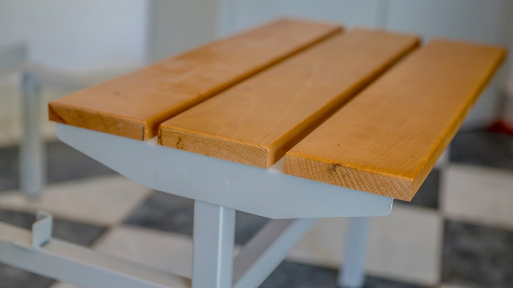 Drvena klupica za metalne garderobne ormane